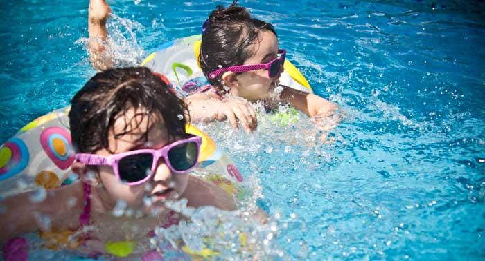 Jugando con agua en la piscina